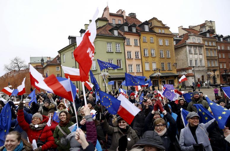 Η πολωνική κυβέρνηση παίρνει πίσω το νόμο για τα ΜΜΕ