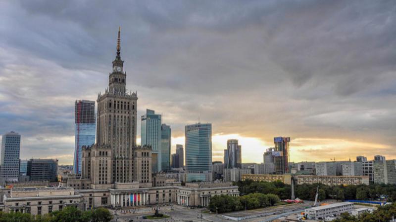 Εξακολουθεί να απειλεί με κυρώσεις την Πολωνία η Επιτροπή