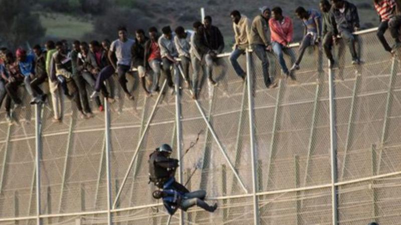 Περισσότεροι από 1000 μετανάστες επιχείρησαν να εισέλθουν στην Ισπανία